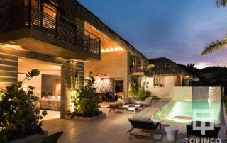 Zona exterior de la vivienda con ventanas de madera de aislamiento térmico y gran apertura