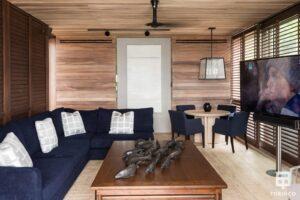 Zona interior de la vivienda con grandes ventanas de madera de aislamiento térmico y gran apertura