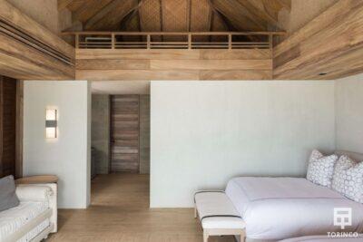 Dormitorio de la vivienda con ventanas de madera de aislamiento térmico y gran apertura